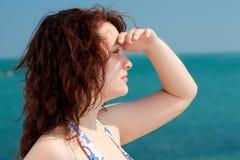 Frau, die das Meer überwacht Lizenzfreie Stockfotografie