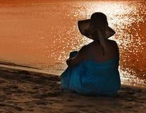 Frau, die das Meer überwacht lizenzfreie stockfotos