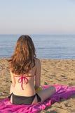 Frau, die das Meer überwacht Lizenzfreies Stockbild