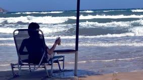 Frau, die das Meer in der Zeitlupe aufpasst stock footage