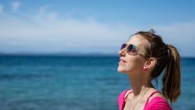 Frau, die das Meer genießt den sonnigen Tag bereitsteht lizenzfreie stockbilder