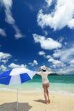 Frau, die das Meer in Okinawa genießt Lizenzfreie Stockfotos