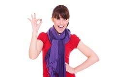 Frau, die das okayzeichen zeigt Lizenzfreie Stockbilder