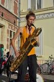 Frau, die das Saxophon am Straßenfest in Gent, Belgien spielt Lizenzfreie Stockfotos