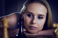 Frau, die das Schachdenken spielt Lizenzfreies Stockfoto