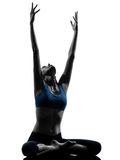 Frau, die das sitzende Ausdehnen des Yoga ausübt Stockfotografie