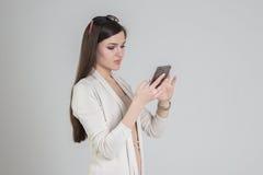 Frau, die das Telefon verwendet stockbild