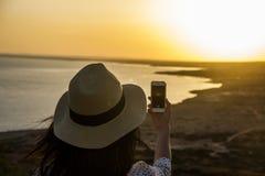 Frau, die das Telefon verwendet stockfoto