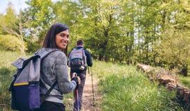 Frau, die das Trekking betrachtet Kamera tut lizenzfreie stockbilder