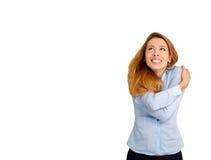 Frau, die das Umarmen oben betrachtend Kopienraum hält Lizenzfreie Stockfotos
