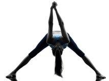 Frau, die das Yoga ausdehnt Fahrwerkbeinvorwärmung ausübt Stockfoto