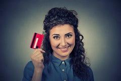 Frau, die das Zeigen der Kreditkarte hält Stockfoto