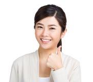 Frau, die Daumen herauf Zeichen zeigt Lizenzfreie Stockfotos