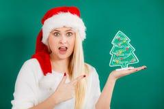 Frau, die dekorativen Weihnachtsbaum hält Lizenzfreie Stockbilder