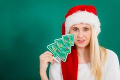 Frau, die dekorativen Weihnachtsbaum hält Lizenzfreies Stockbild
