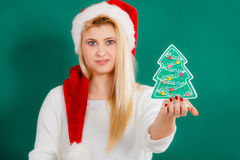 Frau, die dekorativen Weihnachtsbaum hält Lizenzfreie Stockfotos