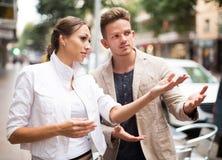 Frau, die dem Kerl Richtung zeigt Lizenzfreie Stockfotos