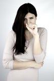 Frau, die dem kranken Husten und dem Halten des Munds und des Magens glaubt Stockfotos