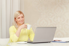 Frau, die an dem Laptop arbeitet Stockfotos