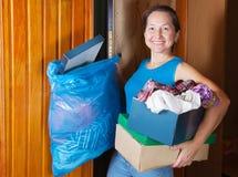 Frau, die den Abfall wegnimmt Lizenzfreies Stockbild