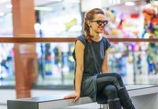 Frau, die den Abstand beim Sitzen auf einer Bank untersucht Lizenzfreie Stockbilder