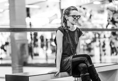 Frau, die den Abstand beim Sitzen auf einer Bank untersucht Lizenzfreies Stockbild