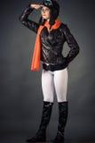 Frau, die den Abstand im Fliegersturzhelm und in einem roten Schal untersucht Lizenzfreie Stockbilder
