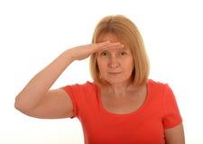 Frau, die den Abstand untersucht Stockfoto
