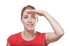 Frau, die den Abstand untersucht Stockfotografie