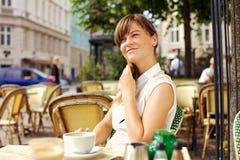 Frau, die den angenehmen Morgen mit Kaffee genießt Lizenzfreie Stockfotos