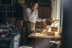 Frau, die den Auftrag am Telefon bestätigt lizenzfreies stockfoto