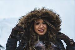 Frau, die in den Bergen der Lofoten-Inseln aufwirft Reine, Norwegen lizenzfreie stockbilder