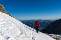 Frau, die in den Bergen im Winter wandert lizenzfreie stockfotografie