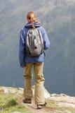 Frau, die in den Bergen wandert Lizenzfreie Stockfotos