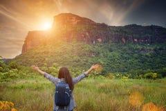 Frau, die in den Bergen zur sonniger Tageszeit wandert lizenzfreies stockfoto