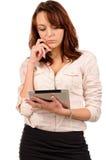 Frau, die den Bildschirm von ihr liest stockbilder