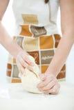 Frau, die den Brotteig zubereitet Stockfotos