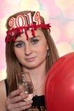 Frau, die den Champagner und die Ballone des neuen Jahres mit Farbe-bokeh hält Stockbilder