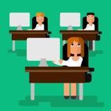 Frau, die den Computer im Büro mit flacher Illustration des Teamvektors bearbeitet Lizenzfreie Stockfotos