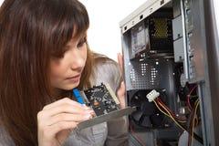 Frau, die den Computer repariert Stockbilder