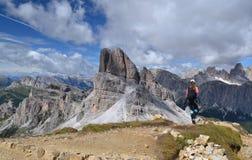 Frau, die in den Dolomitbergen wandert lizenzfreie stockfotos
