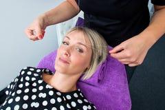 Frau, die den Durchzug des Haarabbauverfahrens hat Lizenzfreies Stockfoto