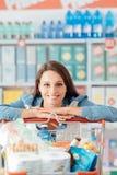 Frau, die den Einkauf genießt lizenzfreie stockbilder