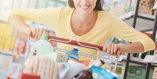 Frau, die den Einkauf genießt stockfotografie