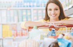 Frau, die den Einkauf genießt stockfotos