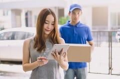 Frau, die den elektronischen Empfang der Unterzeichnung anfügt, nachdem ein d angenommen worden ist Lizenzfreies Stockbild