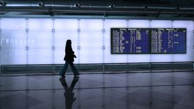 Frau, die in den Flughafen geht Lizenzfreie Stockbilder