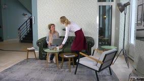 Frau, die den Freund verwendet Handy im Café betrachtet stock footage