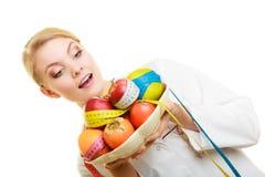 Frau, die den Fruchtdiätetiker empfiehlt gesundes Lebensmittel hält Stockfotografie