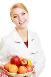 Frau, die den Fruchtdiätetiker empfiehlt gesundes Lebensmittel hält Stockfotos